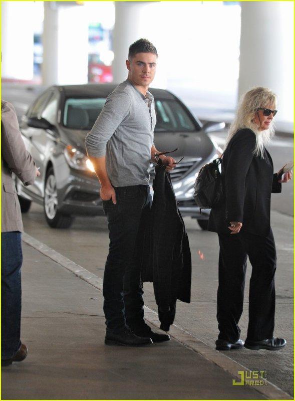 """Hey hey hey!!! Zac a été vu à LAX Hier  4 février! Va t- il voir Vanessa en Caroline du nord ou part-il à New York pour le tournage de """"New Year's Eve""""?"""