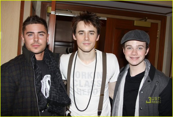 Zac Efron était au  'Spider-Man: Turn On The Dark' à  Broadway le 6 Février 2011. Enjoy the pics!