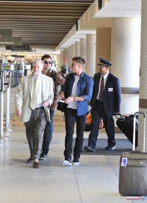 Hier 12 fevrier, Zac a (encore) été vu à LAX alors qu'il prenait un avion , peut-être pour se rendre à New York! Pour la suite de New Year's Eve