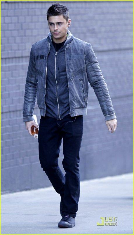 Hier 1er Mars , Zac  a été vu se dirigeant vers le set de NYE ! Les cheveux au vent dans cette douce fraîcheur