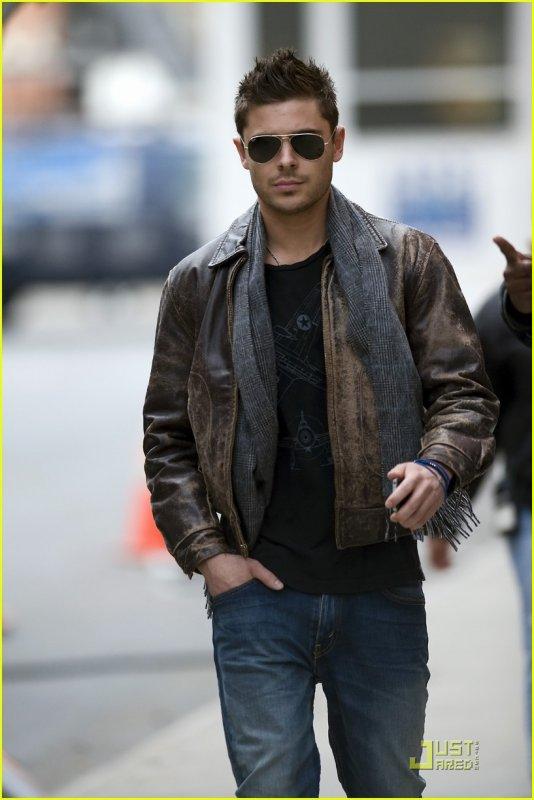 Hey hey hey ! :) Notre acteur préféré sur le set de New Year's Eve ce 2 Mars . Vanessa est elle aussi à New York! Cool hein!?  Enjoy the pics ^^