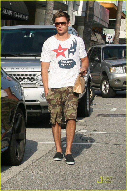 Coucou! Mardi apres-midi , Zac s'est arrêté à un snack! J'adore son T-Shirt!!!! Il nous une impression de déjà vu ^^ Enjoy!