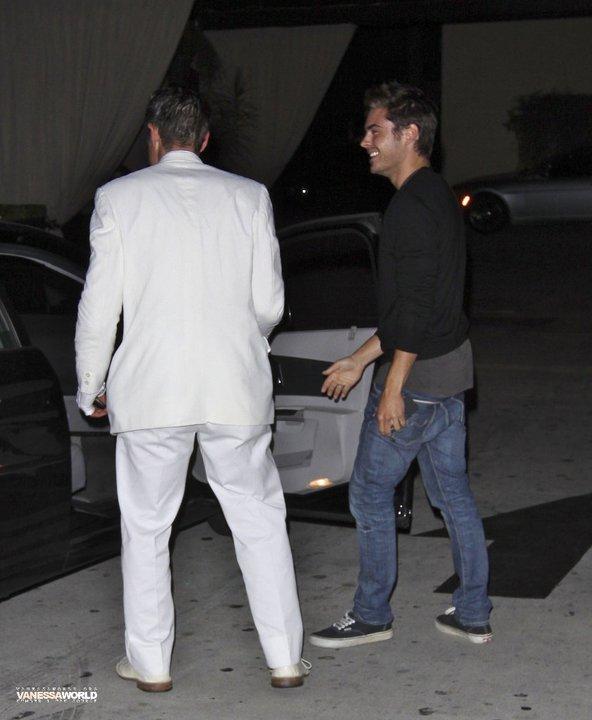 Coucou! Zac était de sortie le 4 Mai dans les rues de Los Angeles en compagnie de l'acteur David Arquette! Enjoy :)