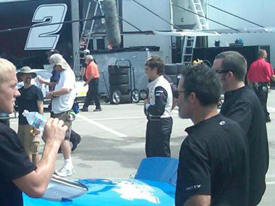 Bonjour! Voici deux photos de Zac sur le set du film qu'il est en train de tourner dans l'Iowa. Sur celles-ci , nous pouvons le voir en uniforme de pilote de course de voiture ^^ Encore un rôle qui le rendra certainement SEXY!!!