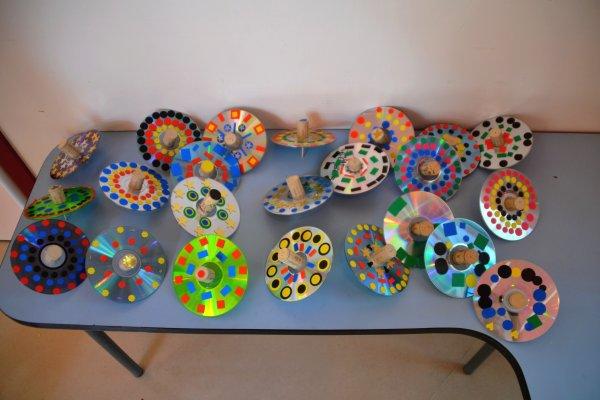 des toupies multicolores avec des vieux cd des bouchons en li ge des cure dents et des. Black Bedroom Furniture Sets. Home Design Ideas