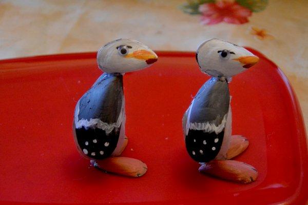 des go lands et des pingouins fait avec des coquilles de. Black Bedroom Furniture Sets. Home Design Ideas