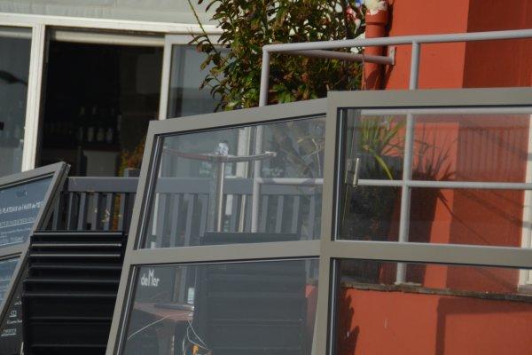 La terrasse du Triskell et une partie de la capitainerie défoncées par une voiture a 7h30 ce matin
