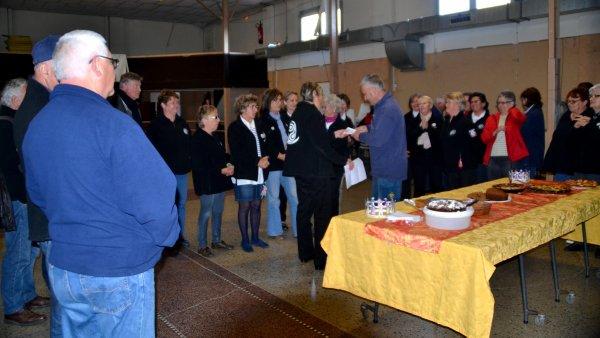 Remise du chèque à la SNSM par Viviane Carn et son groupe de danseurs et chanteurs du Foyer laïque  Quiberonnais