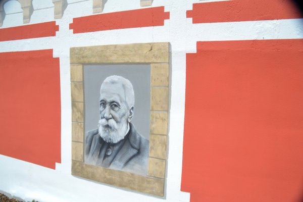 Fresque représentant des personnages célèbres qui jadis ont été de passage à Quiberon comme Gustave Flaubert, Sarah Bernhardt et Anatole France , réalisée en ce moment par Gildas Thomas sur le mur de l'hotel de ville