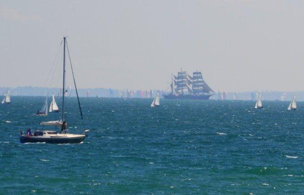 """Arrivée du Belem dans la baie de Quiberon à l'occasion du """"spi ouest france ,intermarche""""5 avril"""