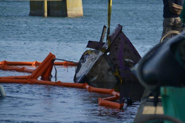 """Tentative de renflouement du chalutier """"le lyti"""" qui avait fait naufrage début aout  en face du port du Palais à belle île"""
