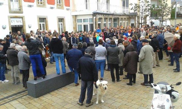 Rassemblement devant l'hotel de ville en hommage aux victimes des attentats de Paris