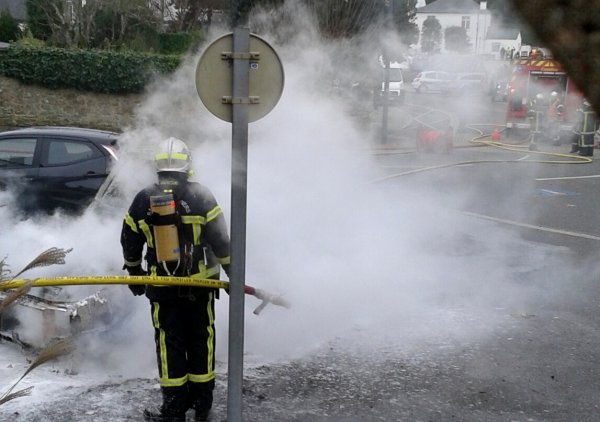Une voiture prend feu vers 15h30  à St pierre Quiberon aujourd'hui