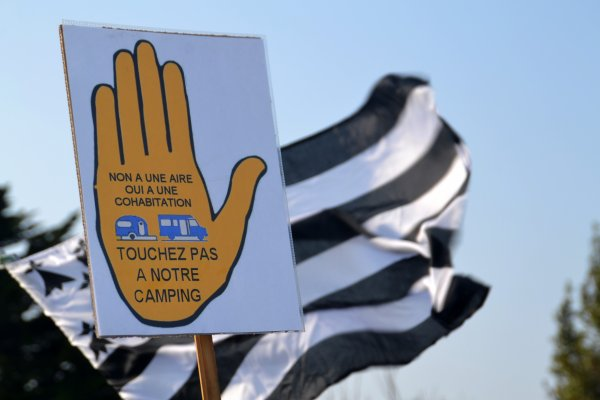 Manifestation à St pierre Quiberon contre la transformation du camping de kerhostin en aire de camping car 19 mars 2016