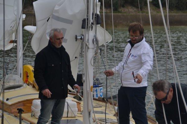 La mise à l'eau du Pen Duick II avec Loick Peyron à l'école nationale de voile de St pierre Quiberon 24 mars 2016