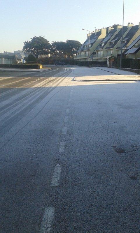 25 JANV route trèèès glissante ce matin rue neptune  .......chute en scooter