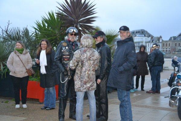 Quelques fans de Johnny venus rendre un dernier hommage à Johnny sur le boulevard
