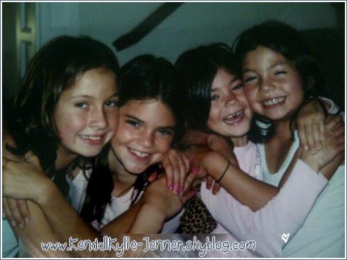 Découvrez une vieille photo de Kendall , Kylie et leurs amies . Elles sont adorables ♥