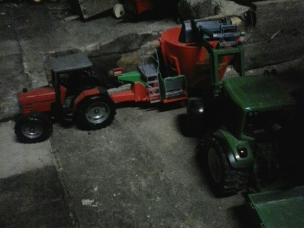 Tracteur pour donne a manger au vaches