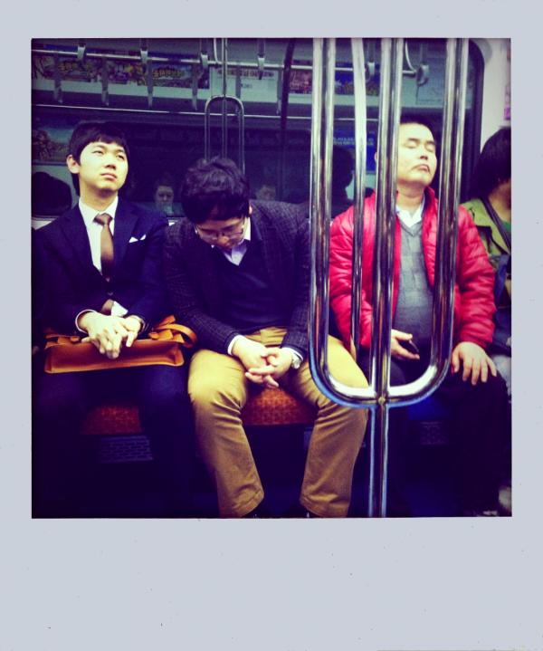 - - - Pendant ce temps.. dans un métro à Séoul.   - - -