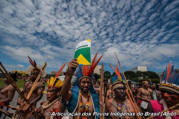 Brésil : Manifestation de masse des Indiens contre l'offensive sur leurs droits territoriaux 17 Avril 2015