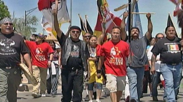 LES LAKOTA PROTESTENT CONTRE L'INVASION DE LEUR TERRE SACREE DES BLACK HILLS PAR DES HORDES DE HIPPIES DU MOUVEMENT RAINBOW WARRIOR
