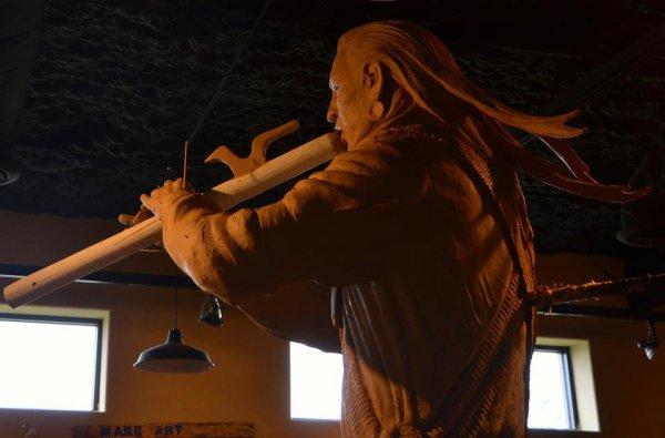 WICASA SIOTANTKA (le flûtiste) sculpture de ENOCH KELLY HANEY
