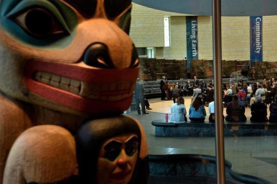 Des tribus indiennes protestent contre la vente d'objets sacrés à Paris