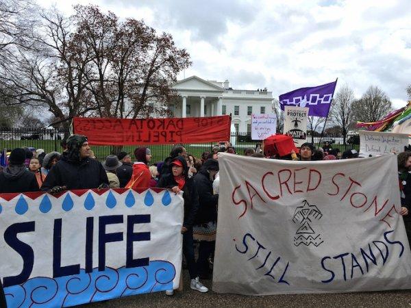 Des milliers d'Amérindiens manifestent à Washington contre l'oléoduc Standing Rock et pour protéger la Terre