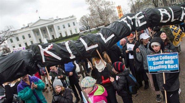 Des Amérindiens en costumes traditionnels marchent sur la Maison Blanche: Trump a relancé un projet de pipeline qui les menace directement