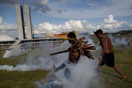 Au Brésil, une manifestation d'Indiens tourne à l'affrontement avec la police