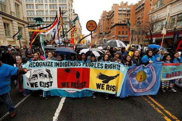 Gazoducs : les Amérindiens portent la résistance dans les banques françaises