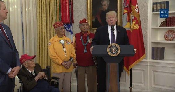 Devant des Amérindiens, Trump fait une blague sur Pocahontas