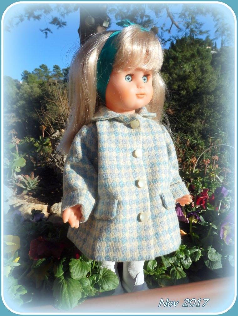 EMILIE a essayé son nouveau manteau  !