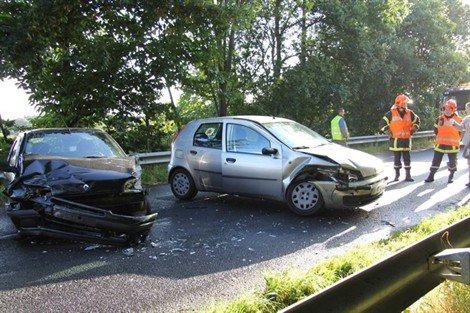 Grâces Grâces. La collision fait deux blessées Faits diversjeudi 27 septembre 2012  Sous le choc, la Renault Clio et la Fiat Punto se sont retrouvées en travers de la chaussée.   Une collision impliquant deux voitures s'est produite vers 9 h 30 ce matin au lieu dit Saint-Jean en Grâces. La jeune conductrice d'une Renault Clio qui circulait vers Guingamp a été gênée, selon ses dires, par un oiseau, et a percuté une Fiat Punto qui arrivait en face. Dans le choc, les deux conductrices, des jeunes Guingampaises, ont été très légèrement blessées et conduites au centre hospitalier pour observation. Les deux véhicules étant en travers de la chaussée, une déviation a été mise en place dans les deux sens par le bourg de Grâces.
