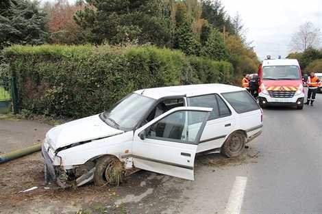 Ouest-France / Bretagne / Guingamp / Au fil de l'info Le Merzer Au Merzer, la voiture brise un poteau téléphonique faits diversmardi 13 novembre 2012    Spectaculaire accident vers 15 h, au lieudit Lan Merzer, sur le territoire de la commune du Merzer, près de Guingamp. En pleine ligne droite, la conductrice d'une Peugeot 405 break qui circulait vers Guingamp a, pour une raison que l'enquête devra déterminer, perdu le contrôle de son véhicule. La voiture a brisé à sa base un poteau téléphonique en bois avant de s'immobiliser devant l'entrée d'une propriété sur le bas-côté de la route. La conductrice choquée, mais pas blessée, a été conduite au centre hospitalier par les pompiers de Goudelin.