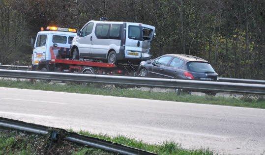 RN12. Sur 5 kilomètres, 3 accidents, 4 blessés, 11 véhicules impliqués   L'un des trois accidents impliquait un poids lourd et une camionnette de chantier. © Crédit : Ouest-France Trois accidents se sont produits en cinq kilomètres ce matin sur la RN12 dans le sens Brest-Rennes à proximité de Guingamp. Le premier a eu lieu vers 8 h à hauteur de la sortie de Saint-Jean-Kerdaniel. Quatre voitures étaient impliquées et il a fait deux blessés, un homme de 25 ans et une femme de 30 ans, tous deux conduits au centre hospitalier de Guingamp.  Conséquence de ce ralentissement provoqué sur la quatre voies à cette heure de forte circulation : deux nouveaux accidents en amont. Le premier sur Ploumagoar concernait quatre véhicules. Un fourgon, une Ford Clipper, une Citroën Saxo et une Peugeot 307. Deux personnes ont été blessées dont le chauffeur du fourgon touché à la tête par des éléments de son chargement.  Le second un kilomètre plus en amont sur Saint-Agathon, impliquait trois véhicules, une Kangoo, un poids lourd des Citerniers bretons et une camionnette de chantier. Là encore, les pompiers ont dû conduire deux personnes à l'hôpital de Guingamp.