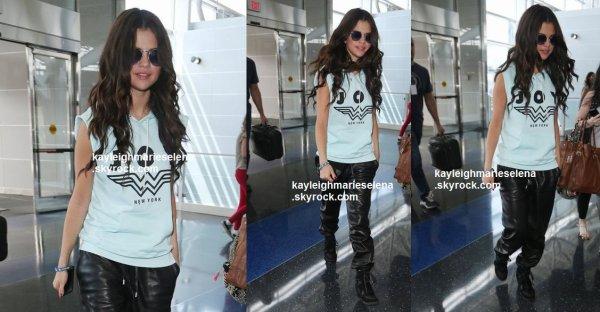 le 26 juillet 2013 - selena Arrivée à l'aéroport JFK à New York
