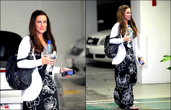 Jess appercue hier sur le set de la saison 3 de 90210.   Elle est très jolie au naturelle, gros - la robe!