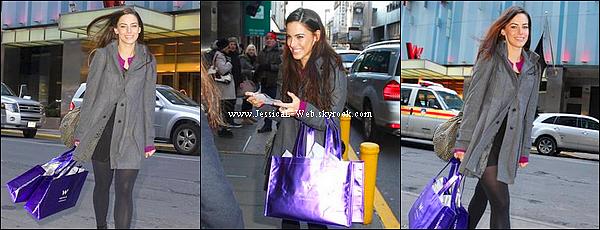 Jess en plein shopping.   Jess était de sortie pour se faire plaisir !
