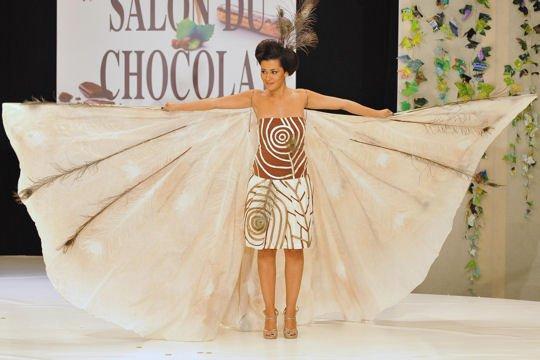karima au salon du chocolat   !  la robe et en chocolat