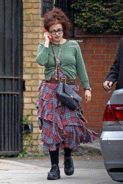 Helena avec son telephone