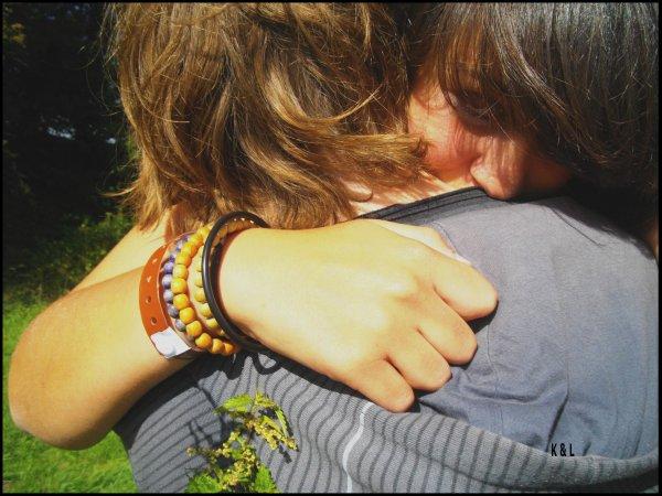 """Il lui donna douze roses dont une fausse , et lui dis """"Je t'aimerai jusqu'a ce que le dernière fanne""""  ♥  Kévin ♥"""