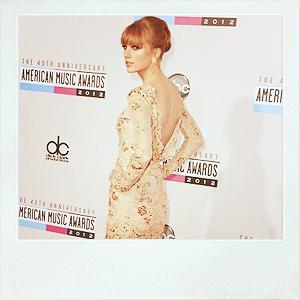 ♦ 18.11.2012   Taylor est présente aux AMA's (American Music Awards)