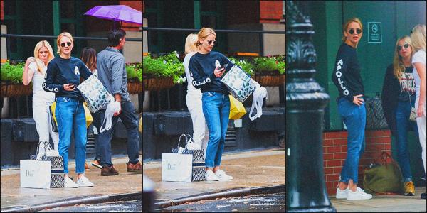 . 09.09.18 - Jennifer Lawrencea été aperçue faisant du shopping avec quelques amies, dans la ville de' ▬ 'New York ! L'actrice a été aperçue avec des amies à elle, faisant de nombreux achats dans plusieurs magasins de marques de New York, un petit top .