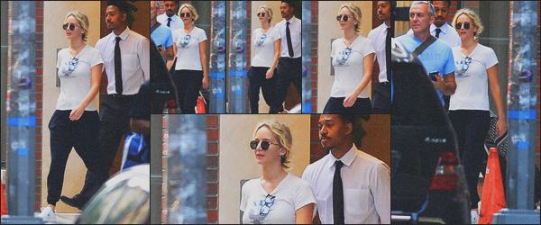 . 18.09.18 - Jennifer Lawrencea été aperçue toute seule en quittant un bâtiment dans les rues de' ▬ 'New York City ! Nouvelle sortie pour la belle Jen' qui a été vue seule, quittant un bâtiment dans la ville de New York. Une tenue simple, c'est un petit top. .