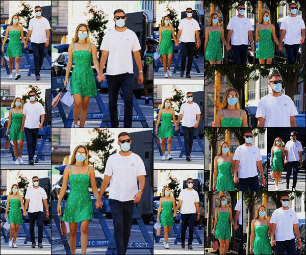 . ''•''05.09.20 :''_Jennifer Lawrence ainsi que son mari Cooke Maroney allant prendre leur déjeuner dans'''▬'''New York ! C'est une fois de plus un gros top pour ma part. Le vert va très bien à Jennifer tout comme cette petite robe d'été ! N'hésitez pas à me donner vos avis. .