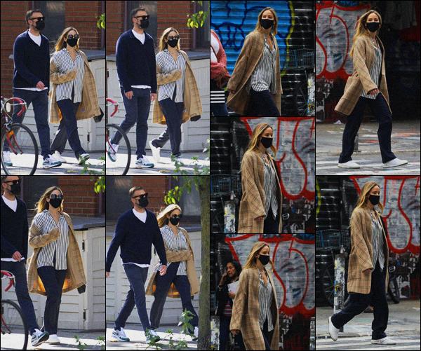. ''•''05.10.20 :''_Jennifer Lawrence a été vue avec son mari Cooke Maroney alors qu'ils se trouvaient dans'''▬'''New York ! Je suis content d'avoir des nouvelles de Jennifer, cependant, je dois avouer que je ne suis pas tellement fan de la tenue qu'elle porte.. Donc un petit bof. .