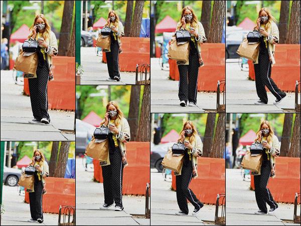 . ''•''26.10.20 :''_Jennifer Lawrence a été aperçue alors qu'elle allait rejoindre des amis pour déjeuner dans'''▬'''New York C'est un petit bof pour ma part. Cependant cela me fait plaisir de la voir sortir, ça faisait un moins que nous n'avions plus de nouvelles de la belle actrice. .