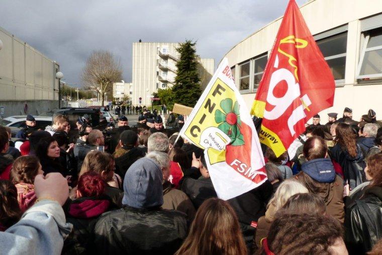 REPORTAGE. Emmanuel Macron en visite à Rouen sous les huées des manifestants, tenus à l'écart